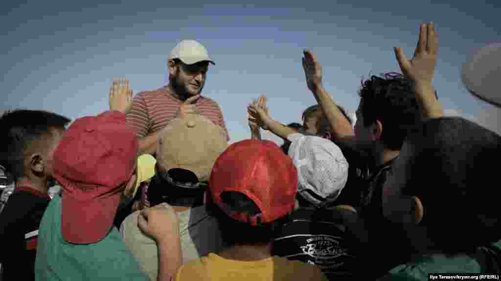 Активіст «Крымской солидарности» Ремзі Бекіров проводить вікторину на знання норм ісламу серед наймолодших жителів Строгонівки