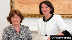 """Presidentja e Kosovës Atifete Jahjaga duke ia ndarë dekoratën humanitare """"Nënë Tereza"""" shefes së Grupit Ndërkombëtar të Krizave, Luizë Arbour"""