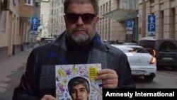 В прошлом году кампанию Amnesty International по освобождению узбекского политузника Мухаммада Бекжана поддержал также известный российский рок-музыкант Борис Гребенщиков.
