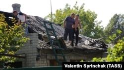 Donetskdə damı dağılmış ev, arxiv fotosu