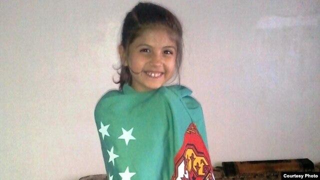 Türkmenistanyň baýdagyna bürenen siriýaly türkmen gyzjagazy