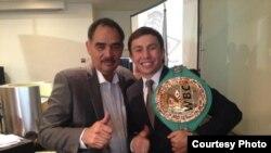 Геннадий Головкин (оң жақта) бапкері Абель Санчеспен WBC версиясы бойынша уақытша чемпион белдігін алған сәті. Мехико, 9 желтоқсан 2014 жыл. (Суретті GGG компаниясының баспасөз қызметі ұсынды)