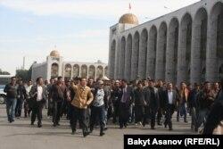 """Вышедшие на акцию за национализацию компании """"Кумтор"""" идут к зданию парламента. Бишкек, 3 октября 2012 года."""