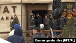 У входа в чайхану «Нават», где случился пожар. Бишкек, 11 января 2020 г.