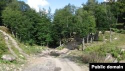 Добраться туда нелегко: либо по дороге, осилить которую может только лесовоз, либо по воздуху - на кукурузнике