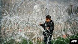 Migrant na grčko-makedonskoj granici