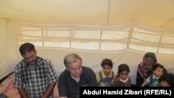انتونيو غوتيريس مع نازحين في مخيم في اربيل