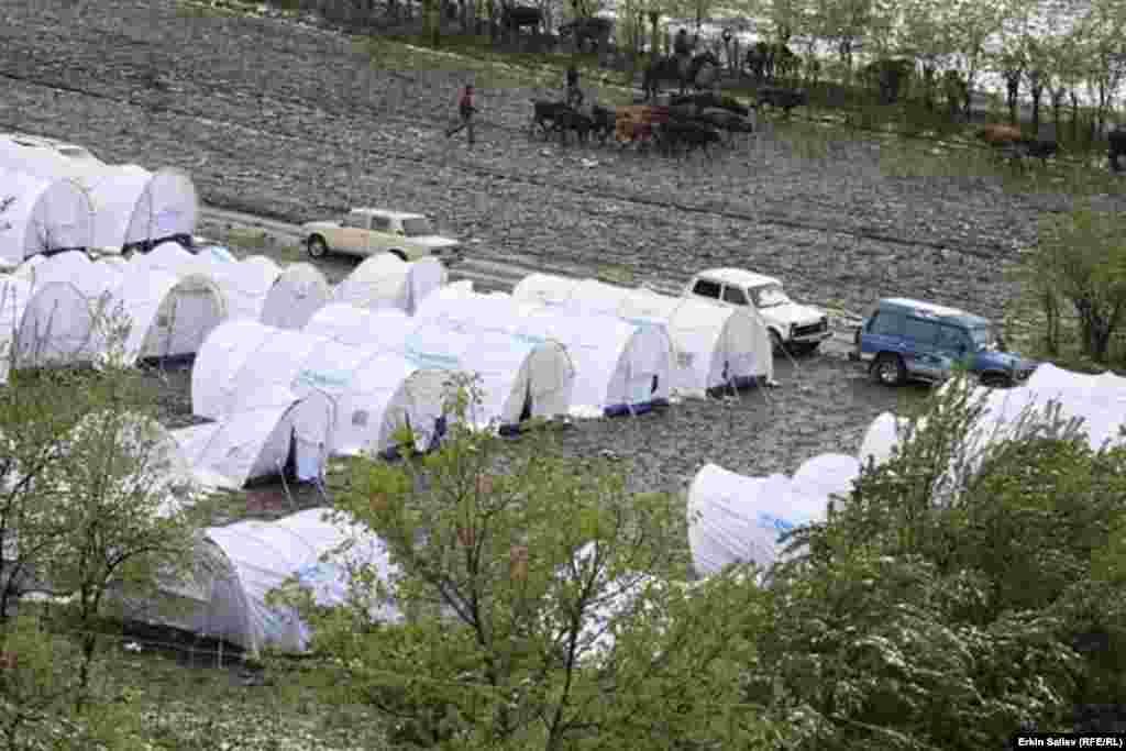 Глава Ошского областного управления МЧСДайырбек Каримоврассказал, что уже начались работы по принудительному переселению граждан, проживающих в оползнеопасных зонах.