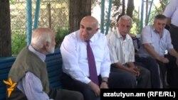 Դավիթ Լոքյանը (կ) զրուցում է Տավուշի մարզի սահմանամերձ Ոսկեպար գյուղի բնակիչների հետ: 21-ը հունիսի, 2016 թ․