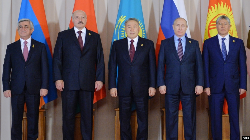 Leaders of the Eurasian Economic Union (EEU) pose during a meeting of the Supreme Eurasian Economic Council in Astana, Kazakhstan, in May of last year. (From left to right: Armenian President Serzh Sarkisian, Belarusian President Alyaksandr Lukashenka, Kazakh President Nursultan Nazarbaev, Russian President Vladimir Putin, and Kyrgyz President Almazbek Atambaev.)