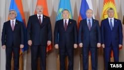 Главы пяти стран — участниц Евразийского союза (ЕАЭС) на встрече в Астане. 31 мая 2016 года.