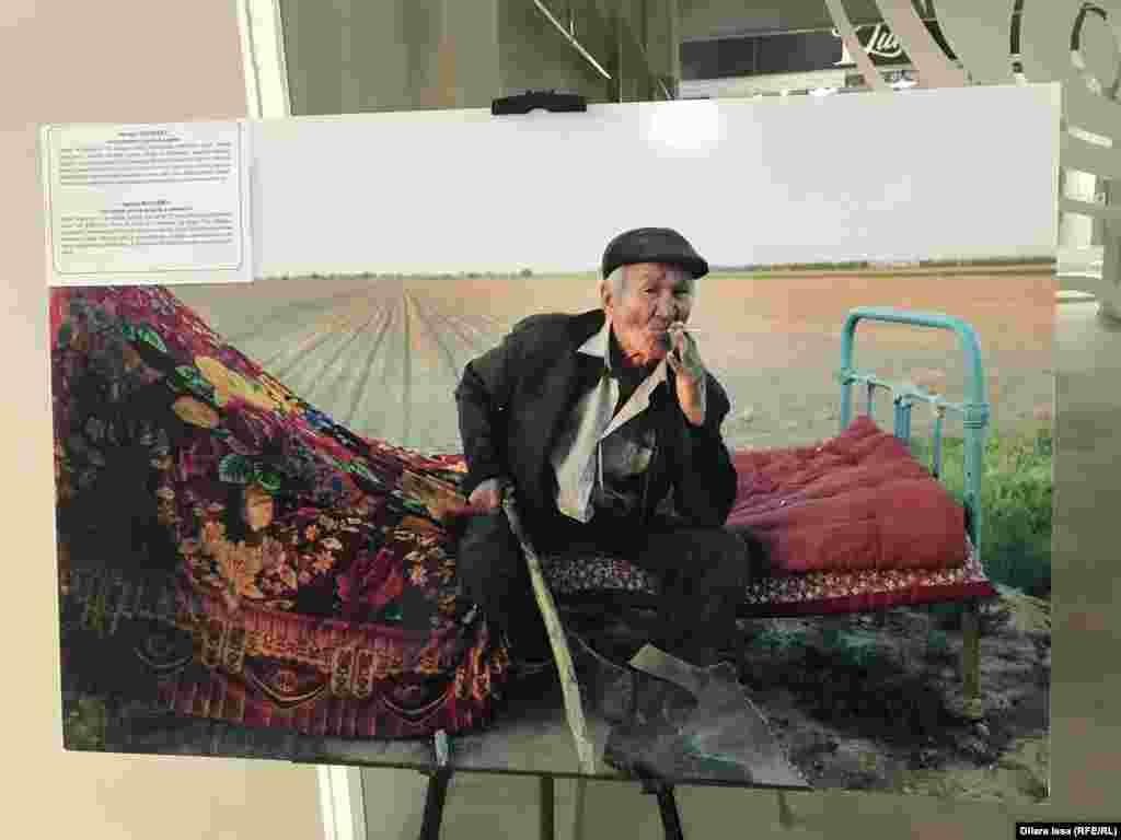Мақтарал ауданының тұрғыны 70 жастағы Сапар Әбдірасилов егіндік басындағы контейнерде күнелтеді. Жазда аптап ыстықта жерді қазып жасаған лашықта жан сақтайды. Абайсызда адам өлтіріп, түрмеде жазасын өтеген қария қарттар үйіне барудан бас тартқан. Фото авторы - Әйгерім Бегімбет.