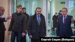 Мікалай Лукашэнка (зьлева) і Віктар Лукашэнка (у цэнтры) пакінулі запіс у кнізе спачуваньняў у расейскай амбасадзе ў Менску ў сувязі з трагедыяй у Кемераве.
