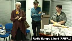 """Oana Serafim, directoarea serviciului moldovenesc al Europei Libere, Iulian Ciocan, realizatorul """"Realității cu amănuntul"""", și Valentina Ursu, coordonatoarea """"Jurnalului săptămâna la Europa Liberă""""."""