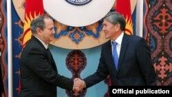 БҰҰ азаптау бойынша өкілі Хуан Мендес Қырғызстан президенті Алмазбек Атамбаевпен кездесті. Бішкек, 12 желтоқсан 2011 жыл.