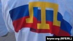 Кримськотатарська символіка на футболці проросійського активіста, архівне фото