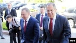 Ministri i Jashtëm rus, Sergei Lavrov (djathtas) dhe homologu i tij bjellorus, Uladzimer Makey