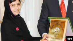 Малала Юсафзай получает национальную премию мира из рук премьер-министра Пакистана Юсуфа Разы Гилани