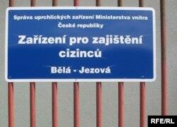 Чехиядағы баспана сұраушылар лагерінің есігіндегі жазба. (Көрнекі сурет)