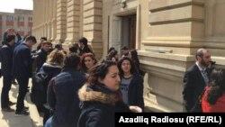 Активисты и журналисты у здания Верховного суда, где прошли слушания по делу Интигама Алиева. Баку, 28 марта 2016 года.
