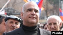 Лидер партии «Наследие» Раффи Ованнисян во время митинга на площади Свободы в Ереване (архив)
