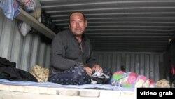 Өзбекстаннан келген еңбек мигранты. Алматы, 6 сәуір 2014 жыл. (Көрнекі сурет)