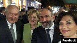 Армения -- Канцлер Германии Ангела Меркель (вторая слева) вместе с премьер-министром Армении Николом Пашиняном (третий слева), его супругой и президентом Армении Арменом Саркисяном прогуливается по вечернему Еревану, 24 августа 2018 г.