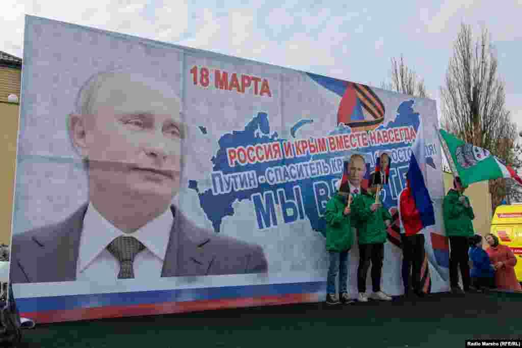 Молодь фотографувалася на тлі банера із зображенням Володимира Путіна і гаслом «Росія і Крим – разом назавжди!»