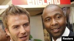 Дэвид Бекхэм (слева) и другой футболист Лукас Радэбэ в составе английской делегации на Кубке мира-2010, Йоханнесбург, 10 июня 2010
