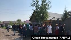 Жители производственного кооператива (ПК) «Полянка» на окраине Астаны, у дома, признанного решением районного суда незаконным. Астана, 25 июля 2018 года.
