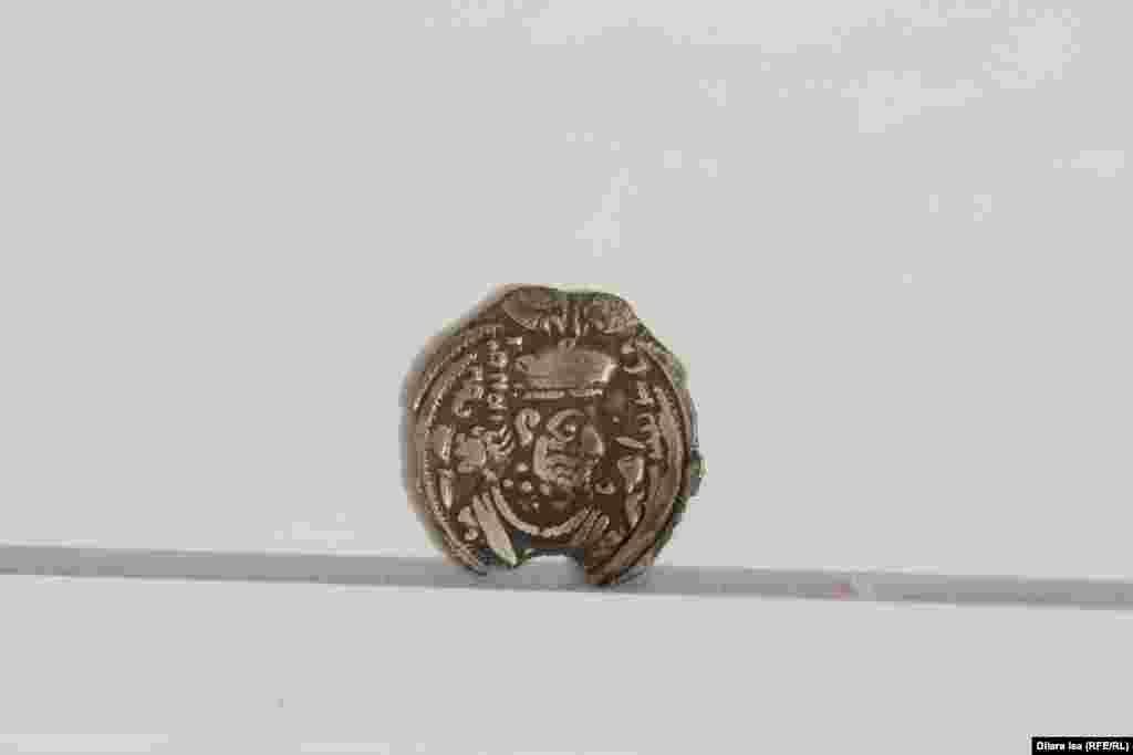 Древняя серебряная монета.