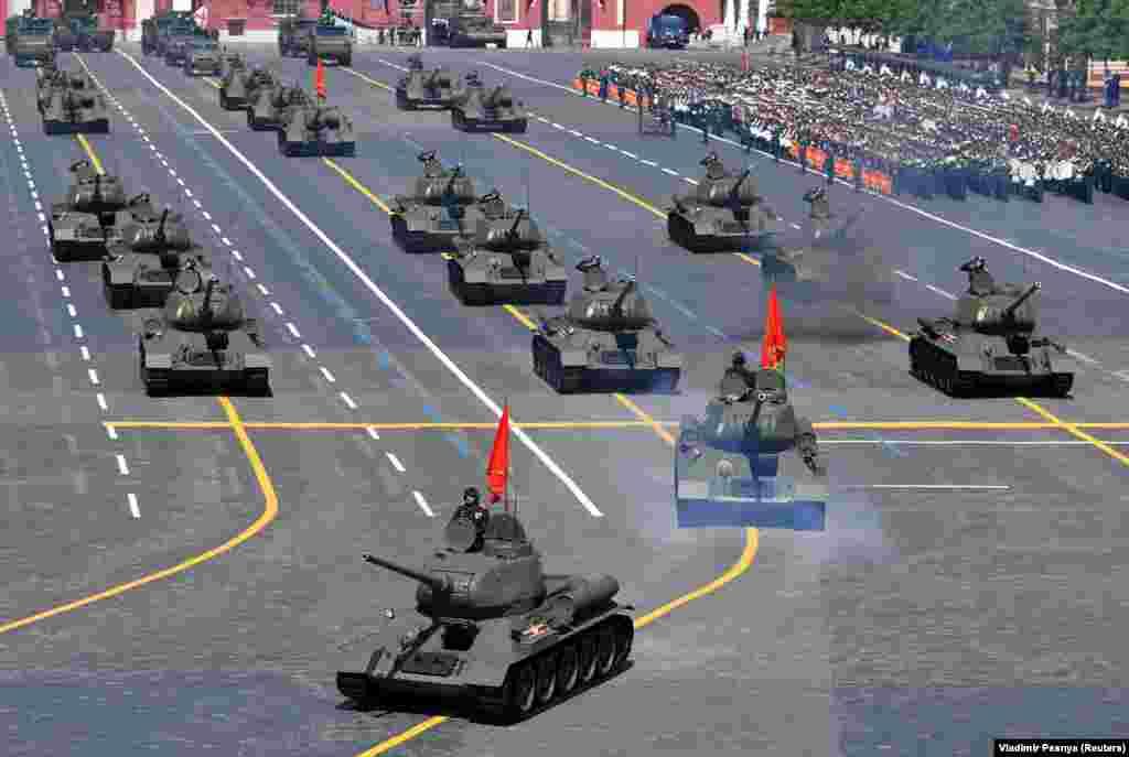Танки Т-34 радянської доби проїжджають під час параду Перемоги на Красній площі в Москві. На заході було представлено понад 200 історичних і сучасних військових транспортних засобів