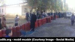 Жители Сохского района Ферганской области стоят в очереди за газовыми балонами, архивное фото.