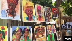 Лица кубинцев на уличном стенде гаванского художника