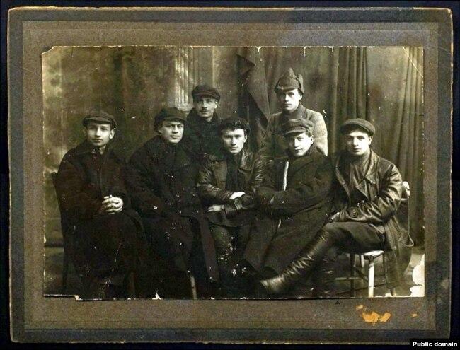 Міхась Зарэцкі сярод пісьменьнікаў-маладнякоўцаў. Сярэдзіна 20-х гадоў