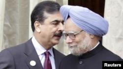 Главы правительств Пакистана и Индии - Юсуф Раза Гилани (слева) и Манмохан Сингх