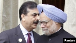 Indian Prime Minister Manmohan Singh (right) with his Pakistani counterpart Yusuf Raza Gilani in Bhutan today