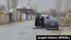 Кыргыз-тажик чегиндеги айылдардын бири, Баткен, март, 2014.