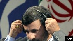 محمود احمدی نژاد، رییس دولت دهم، در کنفرانس خبری روز هفتم تیرماه خود اعلام کرد که ایران در عرض یک هفته می تواند تولید بنزین خود را به بیست تا یس میلیون لیتر در روز برساند؛ ادعایی که از سوی کارشناسان مورد تردید است.