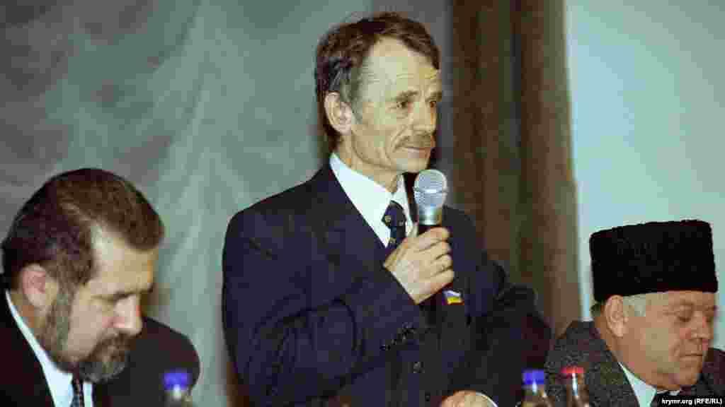 Мустафа Джемілєв виступає на Курултаї кримськотатарського народу 10 січня 2001 року