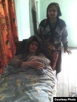 Turanə Abdurəhmanova (ayaq üstə) və qaynanası