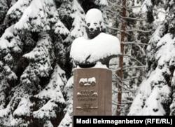 Памятник Динмухамеду Кунаеву в Алматы.