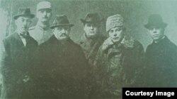 Intelectuali români în Basarabia după Unire (în centru Ștefan Ciobanu și Mihai Sadoveanu) (Foto: Ion Țurcanu, Mihai Papuc, Basarabia în actul Marii Uniri de la 1918)