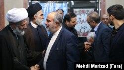 حسام الدین آشنا، مشاور حسن روحانی، در حال گفتوگو با طائب در مراسم ختم پدر همسرش
