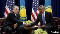 Президент США Барак Обама (справа) и президент Казахстана Нурсултан Назарбаев во время встречи в Нью-Йорке, 29 сентября 2015 года.