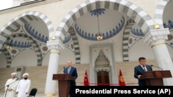 Бишкектеги жаңы мечиттин ачылышында. Президент Сооронбай Жээнбеков жана Түркиянын президенти Режеп Тайып Эрдоган.