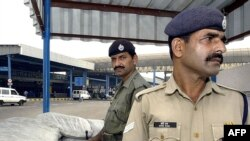 نیروهای امنیتی در اطراف فرودگاه دهلی نو. عکس از AFP