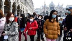 Туристи в масках у Венеції, Італія, 24 лютого 2020 року