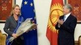 Евробиримдиктин тышкы саясат боюнча Жогорку комиссары Федерика Могерини менен кыргыз өкмөтүнүн башчысы Сапар Исаков.