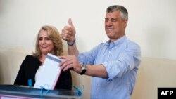 Hashim dhe Lumnije Thaçi duke votuar në Prishtinë